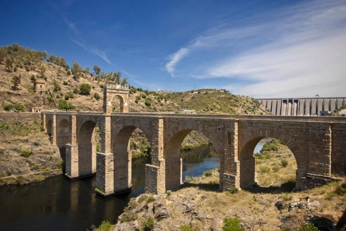 Римляне первыми стали широко строить каменные мосты.